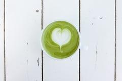 Une tasse de latte de matcha de thé vert images libres de droits