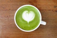 Une tasse de latte de matcha de thé vert image libre de droits