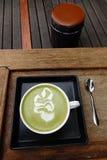 Une tasse de latte de matcha de thé vert photographie stock libre de droits