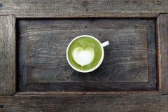 Une tasse de latte de matcha de thé vert photo stock