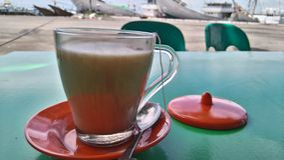 Une tasse de milktea au port traditionnel Photo stock