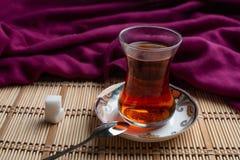 Une tasse de thé avec du sucre sur le fond en bois illustration libre de droits