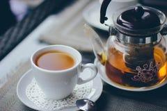 Une tasse de thé avec la bouilloire Images stock