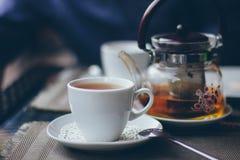 Une tasse de thé avec la bouilloire Photo libre de droits