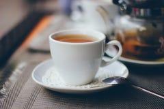 Une tasse de thé avec la bouilloire Images libres de droits