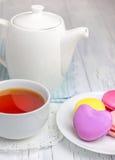 Une tasse de thé avec les macarons colorés photos libres de droits