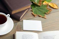Une tasse de thé avec un livre Photographie stock