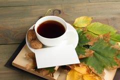 Une tasse de thé avec un livre Images stock