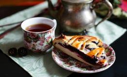 Une tasse de thé avec un tarte de myrtille photos libres de droits