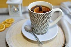 Une tasse de thé chaud en hiver Photos stock
