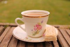 Une tasse de thé dans le jardin Photos libres de droits
