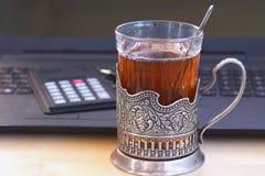 Une tasse de thé dans le support de tasse Images libres de droits