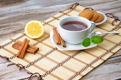 Une tasse de thé, de biscuits et de citron Image stock