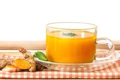 une tasse de thé de safran des indes, avantages pour réduisent l'inflammation, foie images stock