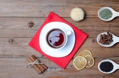 Une tasse de thé et d'épices chauds sur une table en bois Images stock