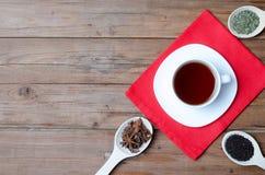 Une tasse de thé et d'épices chauds sur une table en bois Image stock