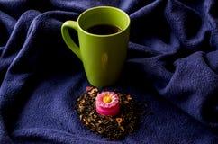 Une tasse de thé et d'une bougie aromatique images libres de droits