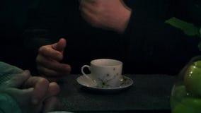 Une tasse de thé et d'une main du ` s d'homme banque de vidéos