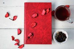 Une tasse de thé et d'un livre Image stock
