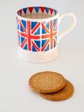 Une tasse de thé et de biscuits anglais Photographie stock libre de droits
