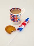 Une tasse de thé et de biscuits anglais avec un drapeau Images libres de droits
