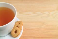 Une tasse de thé et de biscuits chauds sur le Tableau en bois naturel, avec l'espace libre pour le texte Images libres de droits