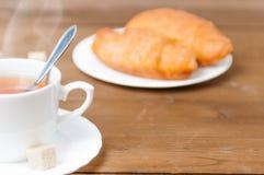 Une tasse de thé et de croissant Jour de fête du ` s de Valentine de petit déjeuner Photo stock