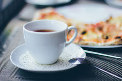 Une tasse de thé et de pizza Image stock