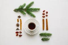 Une tasse de thé de fines herbes ou noir parfumé et savoureux sur une surface blanche décorée dans un style de Noël Photographie stock libre de droits