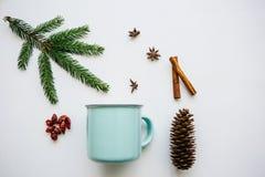 Une tasse de thé ou de café parfumé et délicieux sur une surface blanche décorée dans un style de Noël idée créatrice Photo stock