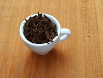 Une tasse de thé sec Thé noir Une tasse de thé images stock