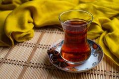 Une tasse de thé turc sur le vieux fond en bambou image stock