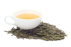 Une tasse de thé vert sur le fond blanc Photographie stock