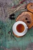 Une tasse de tisane chaude sur le vieux fond en bois Tasse de fond chaud de texture de vintage de boissons de tisane de thé Photographie stock