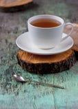 Une tasse de tisane chaude sur le vieux fond en bois Tasse de fond chaud de texture de vintage de boissons de tisane de thé Images stock