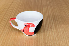 Une tasse de tuile contenant un lait blanc chaud sur la table en bois Photographie stock