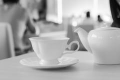 Une tasse en céramique de thé et de théière Image libre de droits