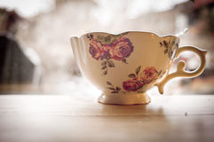 Une tasse victorienne mignonne avec des fleurs Image stock