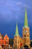 Une tempête de approche au-dessus d'une église Photo libre de droits