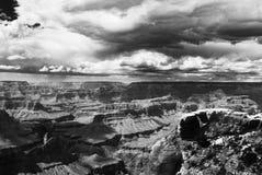 Une tempête se cassant au-dessus du parc national de Grand Canyon image libre de droits