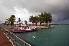 Une tempête de début de la matinée approche le port de St George - Bermudes en octobre 2014 Image libre de droits