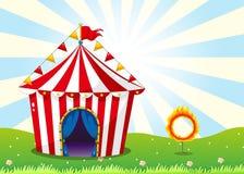 Une tente de cirque et l'anneau avec le feu Photographie stock