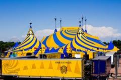 Une tente de cirque jaune et bleue. Images libres de droits