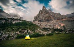 Une tente de touristes en montagnes photos stock