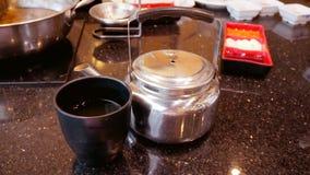 Une théière et une tasse de thé sur la table de marbre au restaurant photographie stock
