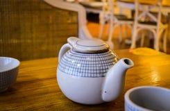 Une théière sur la table de salle à manger locale de restaurant de la Chine Images libres de droits