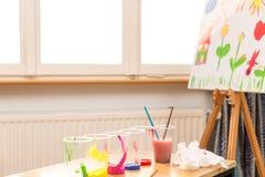Une toile avec des tasses de couleur dans l'avant Image stock