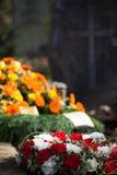 Tombe avec des fleurs Photos libres de droits