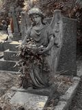 Une tombe avec une statue d'un ange photo libre de droits