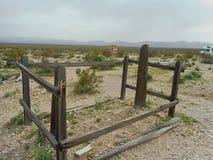 une tombe perdue dans un cimetière photos libres de droits